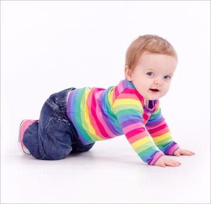 Baby-kravler-hvid-baggrund-venstre9