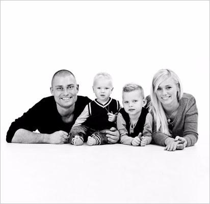 Familie-liggende-hvid-baggrund-venstre11