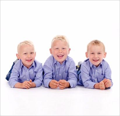 Søskende-ligger-hvid-baggrund-højre3